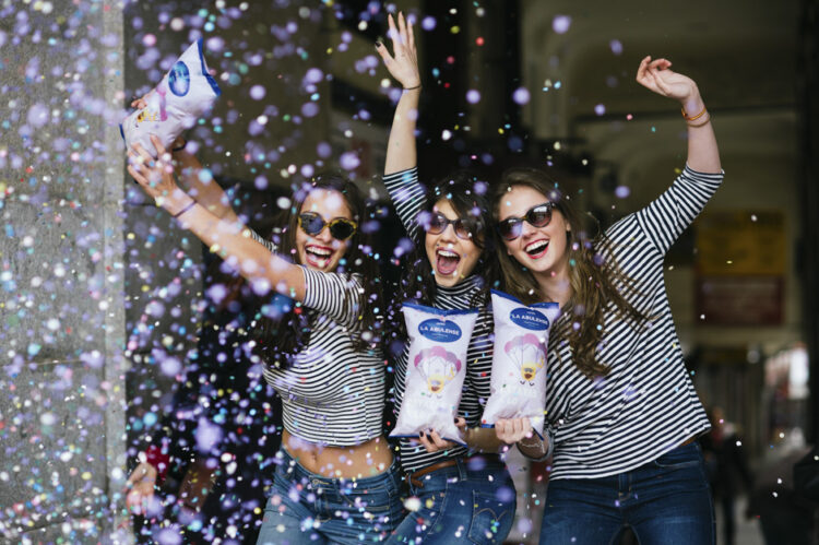 Tres chicas con confeti