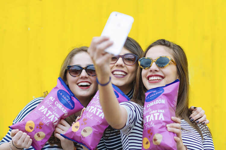 Tres chicas con bolsas de patatas
