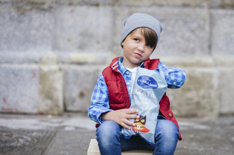 Niño comiendo patatas