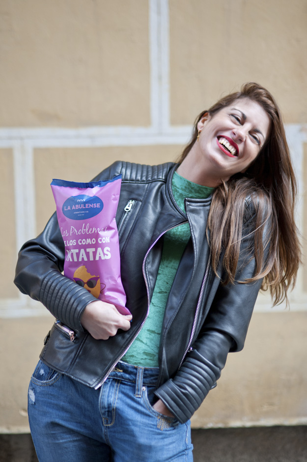 Chica joven con bolsa de patatas