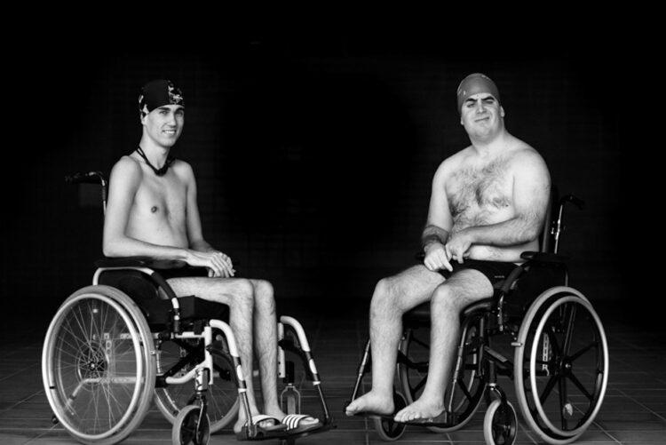 dos chicos en silla de ruedas