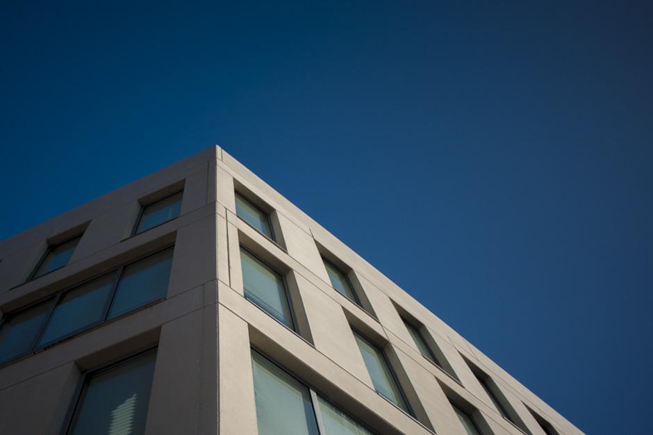 Edificio con cielo azul