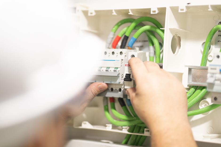 Electricista trabajando
